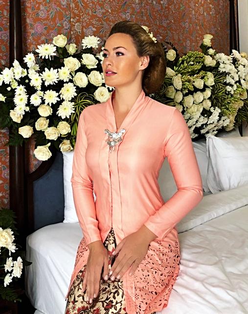 Das traditionelle Outfit mit Sarong und Kebaya.