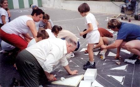 réalisation des marelles au sol, avec les habitants
