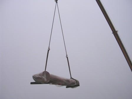 sur place: les sculptures sont livrées à la gru