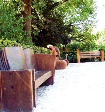 mobilier thémathique: bancs en séquoia et chêne