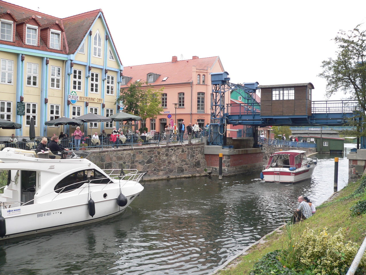 Direkt vor dem Haus der Blick auf die historische Hubbrücke und die malerische Altstadt