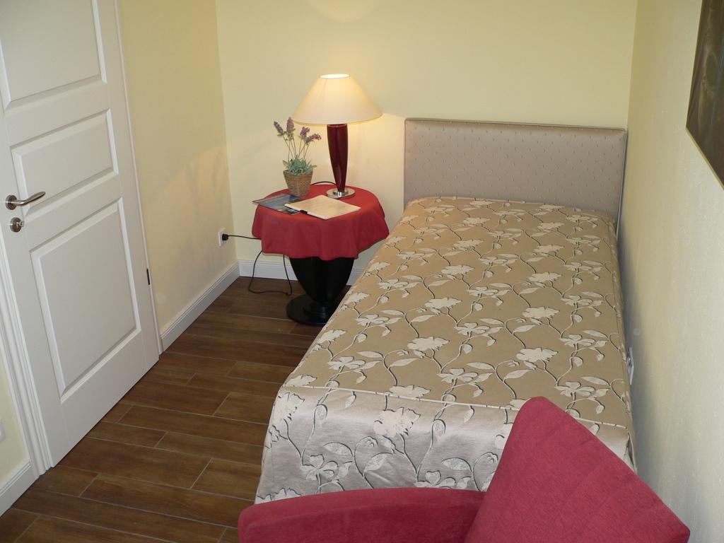 2. Schlafzimmer mit Komfortbett, Sessel und Schreibtisch