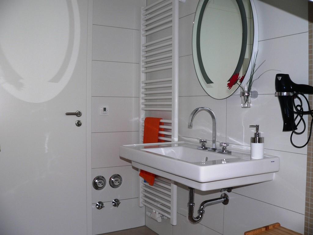 Das schöne Bad mit Fenster, Dusche, WC, Kosmetikspiegel, Fön