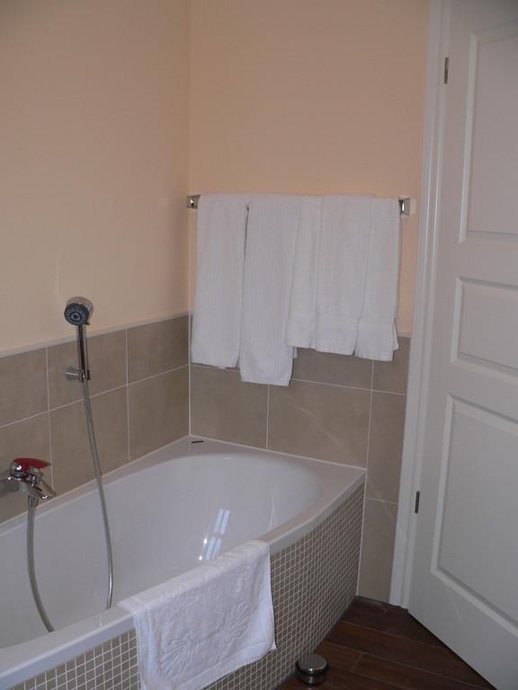Das Bad mit Wanne, Dusche, Handtuchtrockner.....