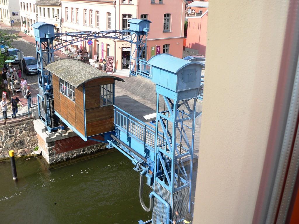 Blick auf die Hubbrücke aus dem Fenster am Eßplatz