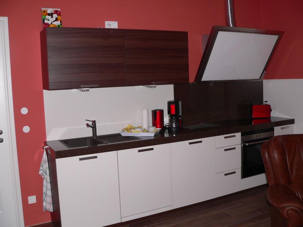Moderne Küche mit Granit, Geschirrspüler, Induktionsfeld, Abluft, Backofen, Kühlschrank...