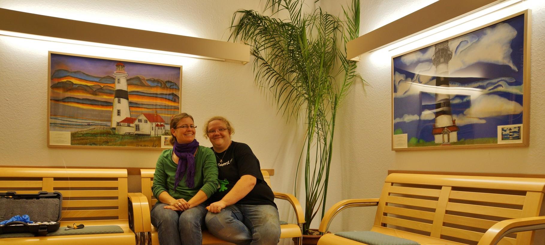 Yahel mit ihrer Frau Kaddi vor den neuen Bildern