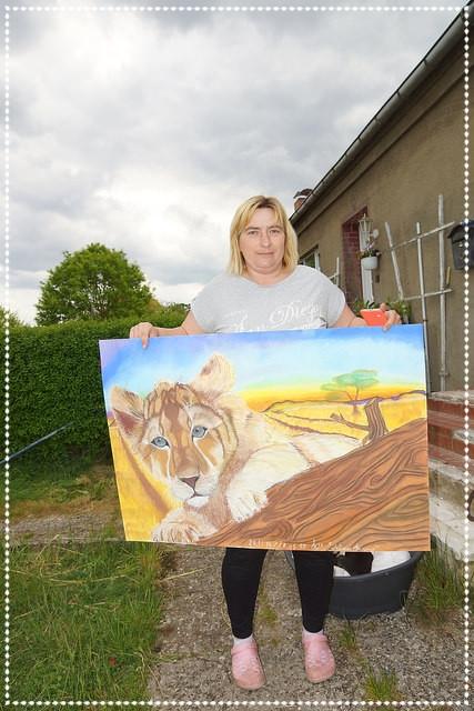 Kerstin mit Löwenbaby, Pastellkreide auf Papier, 70x100cm, 2014