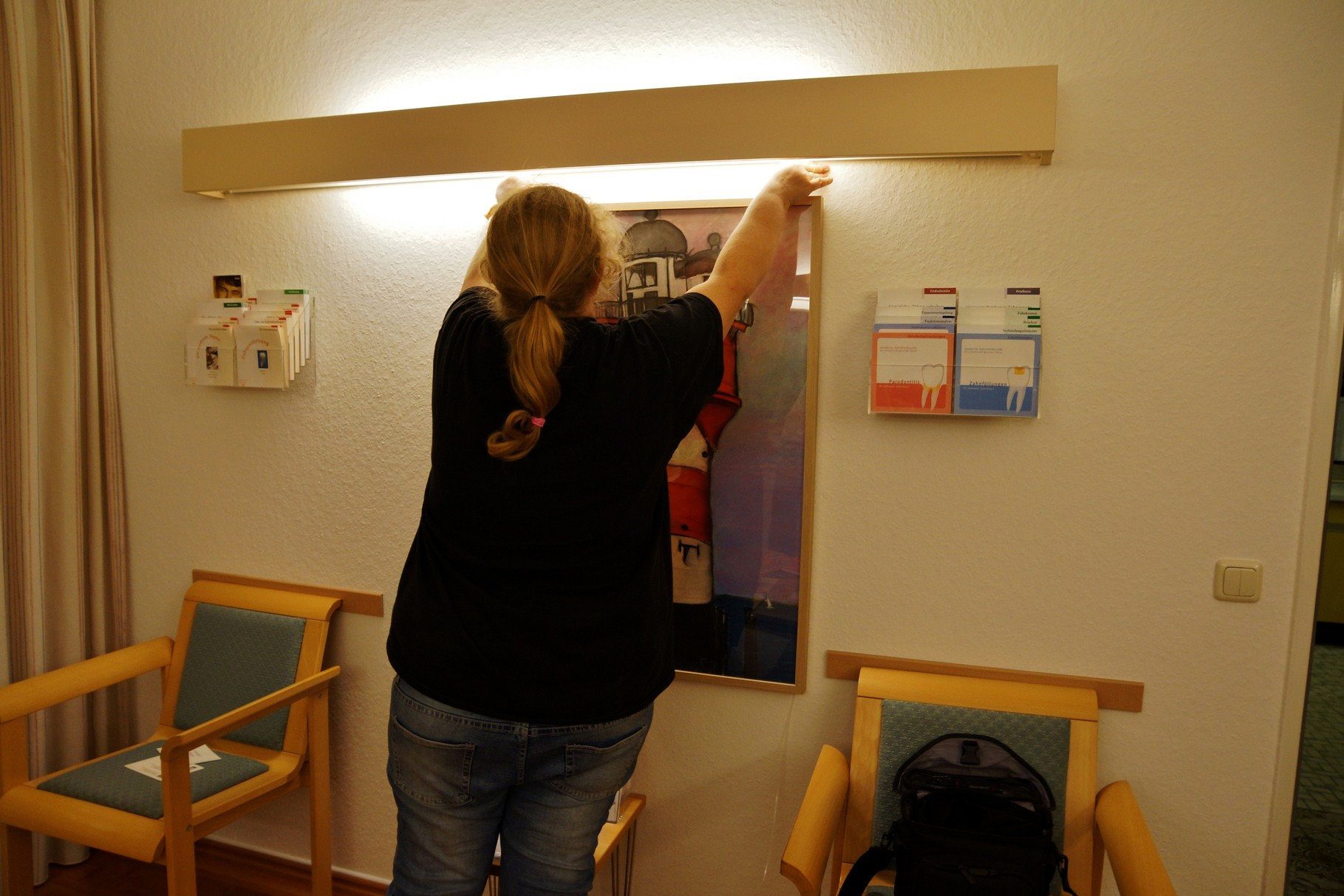 Kaddi hilft auch Bilder an den neuen Galerieschildern aufzuhängen