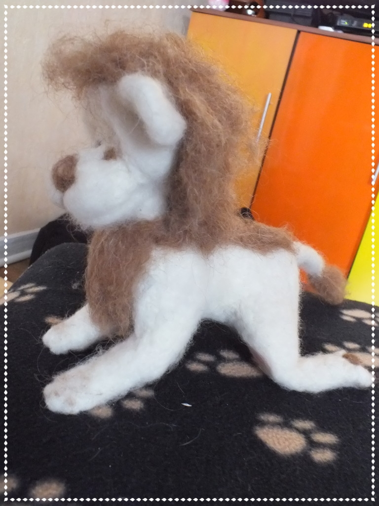 Weisses Löwen-Filztier mit roter Mähne für die 5 Jährige Nike
