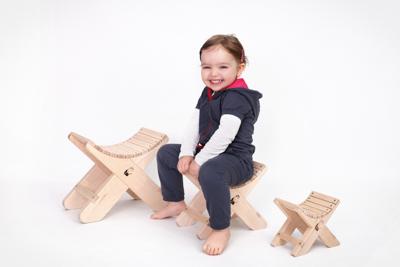 Holzhocker Ronix in Ahorn mit Kind