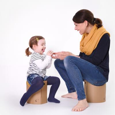 Papphocker Lollo mit Kind und Erwachsenem
