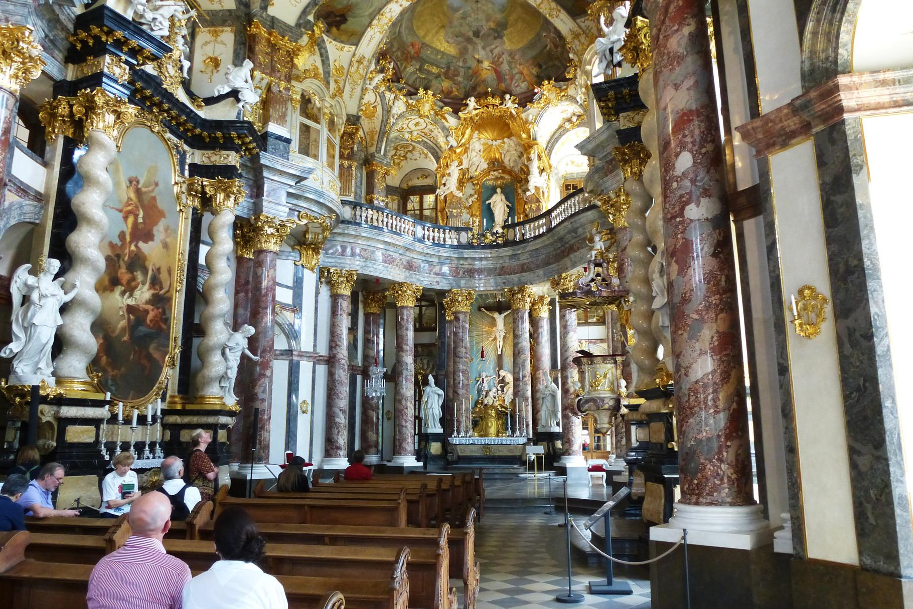 Die barocke Hofkirche in der Residenz