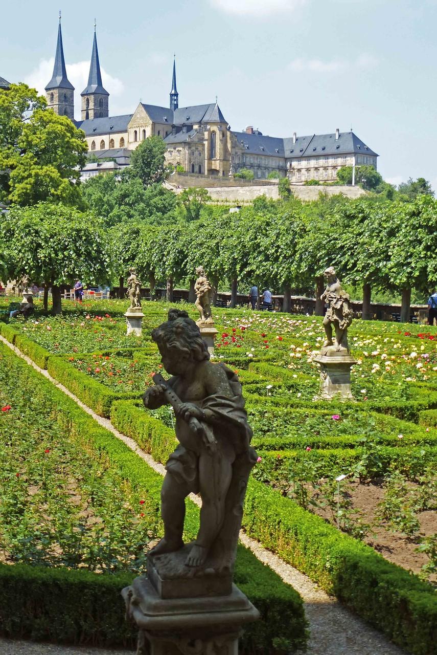 Im Rosengarten mit Blick auf Kloster St. Michael
