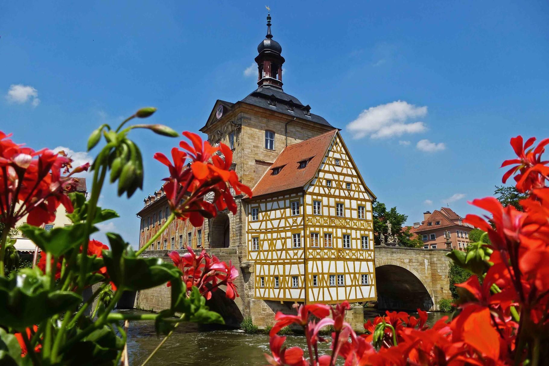 Altes Rathaus auf einer künstlichen Insel im Wasser gebaut