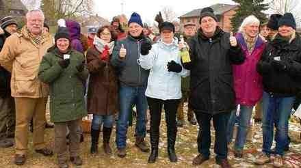 Grund zum Feiern fanden rund 35 Bewohner von Köthel, die sich zum Anstoßen am Dorfteich trafen, hier v.l. Sabine Bode, Wulf Jannsen, Ines Wagener, BI-Sprecher Dr. Frank Kieper (mit Kötheler Sekt) und Frank Schönberg-Bode. Foto: bim