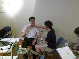 喉頭の位置を参加者に教えている様子