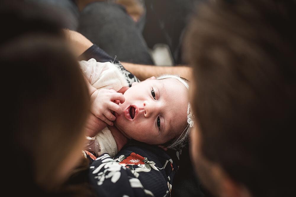 Baby Newborn Shooting bei den Eltern daheim auf dem Sofa von oben fotografiert von der Familien Fotografin Monkeyjolie