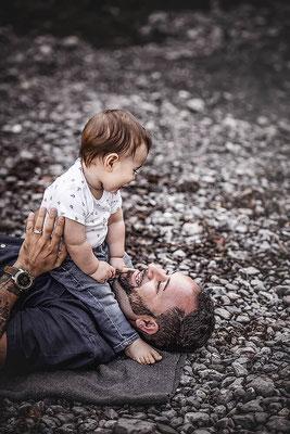 Familien Fotografie Vater mit seinem Sohn am Kiesstrand fotografiert von der Familien Fotografin Monkeyjolie in Appenzell