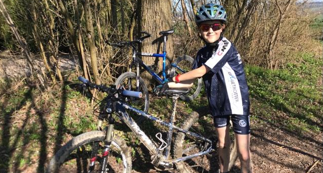 Beliebt bei den Cobras, das Fahrrad. Zusammen mit seinem Bruder hält sich Wirbelwind Yänu (Junior C) gerne beim Radeln fit.