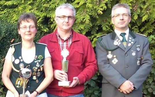 Vereinsmeister: Monika Mangels und Dirk Fick mit Präsident Mario Glyschewski
