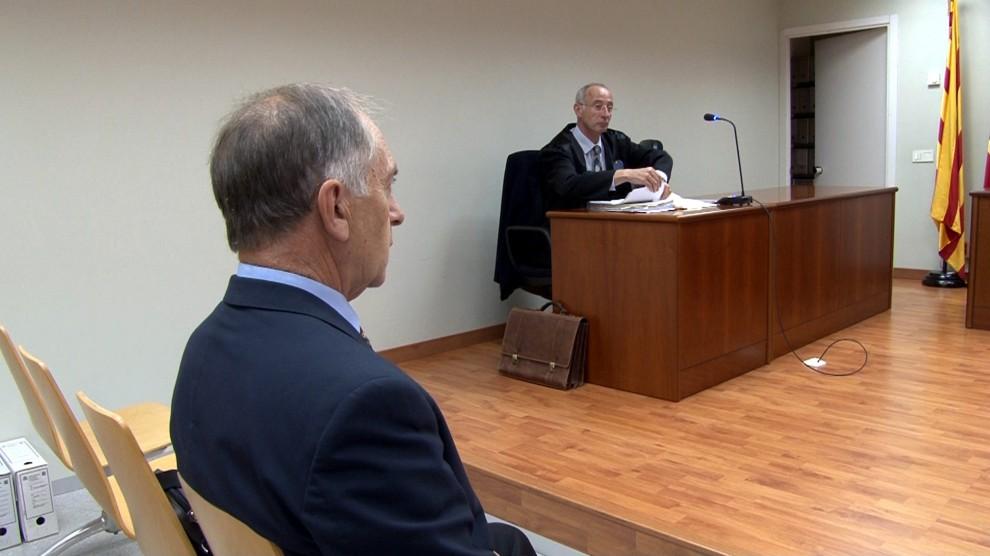 El regidor de Torà acusat de matar a trets un gos declara al Jutjat. Ipcena demana imputar l'alcaldessa de Torà