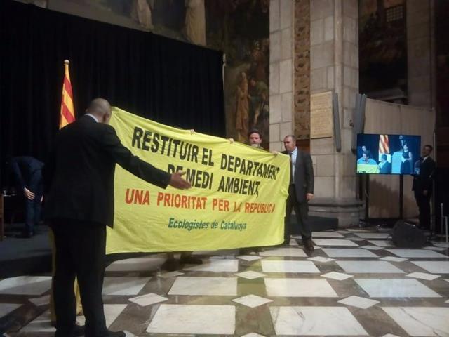 Acció reivindicativa de la Federació d'Ecologistes de Catalunya (EdC), durant l'acte d'entrega dels premis Medi Ambient 2018 que atorga la Generalitat
