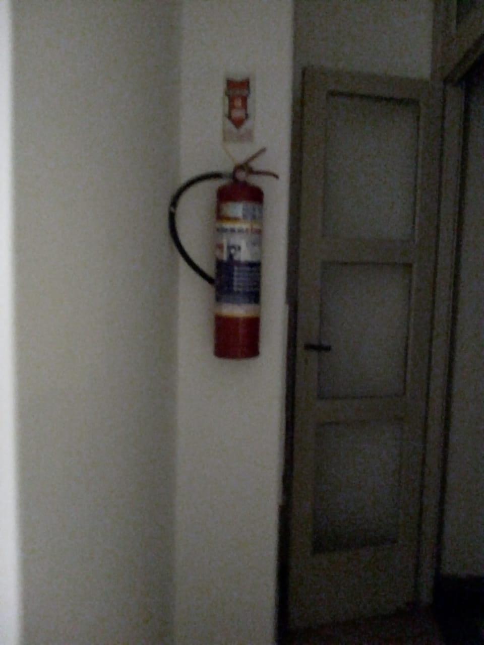 Feuerlöscher im Hausflur, rechts vor der Wohnungseingangstür