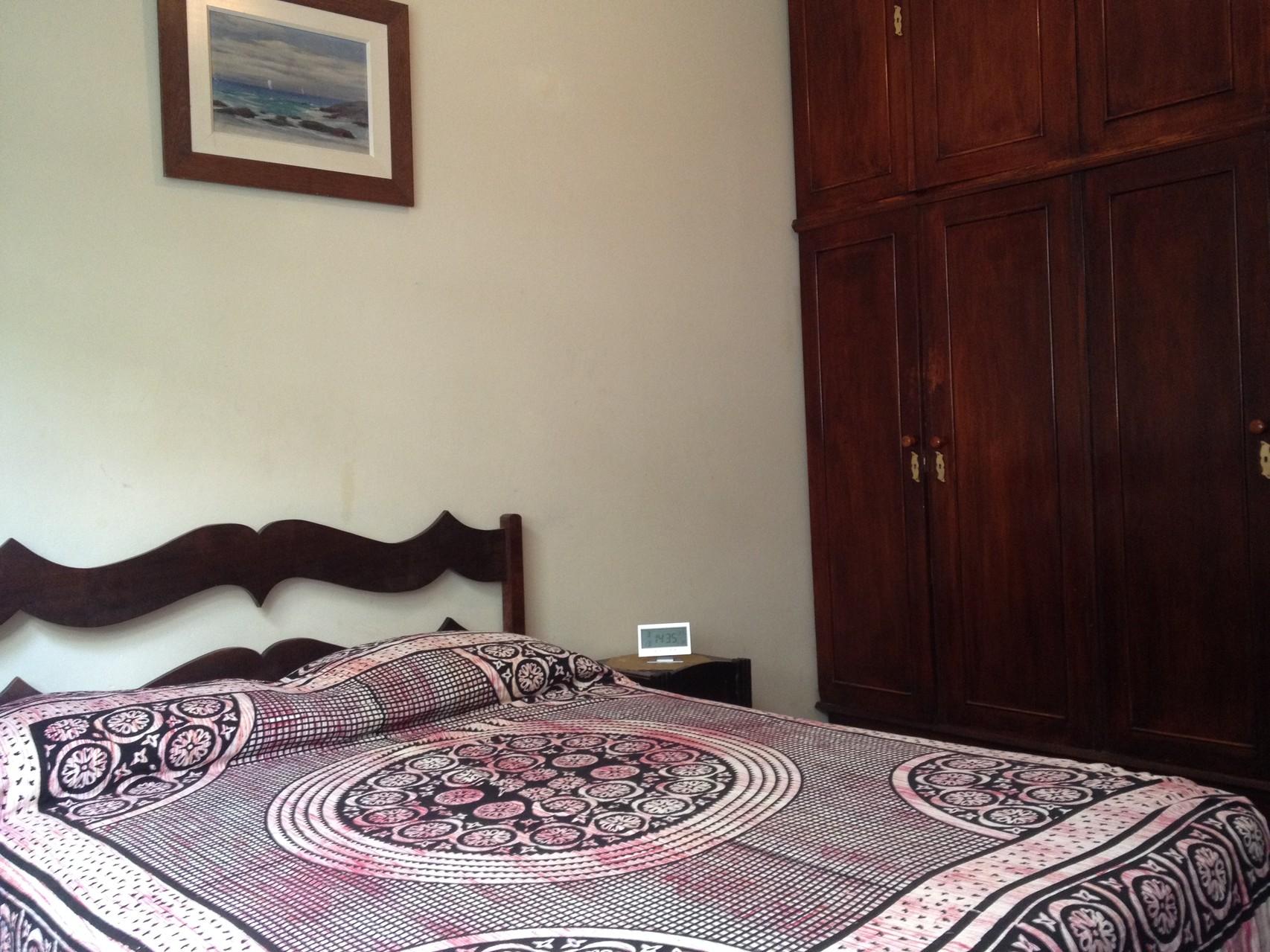 das Doppelbett im ersten Schlafzimmer
