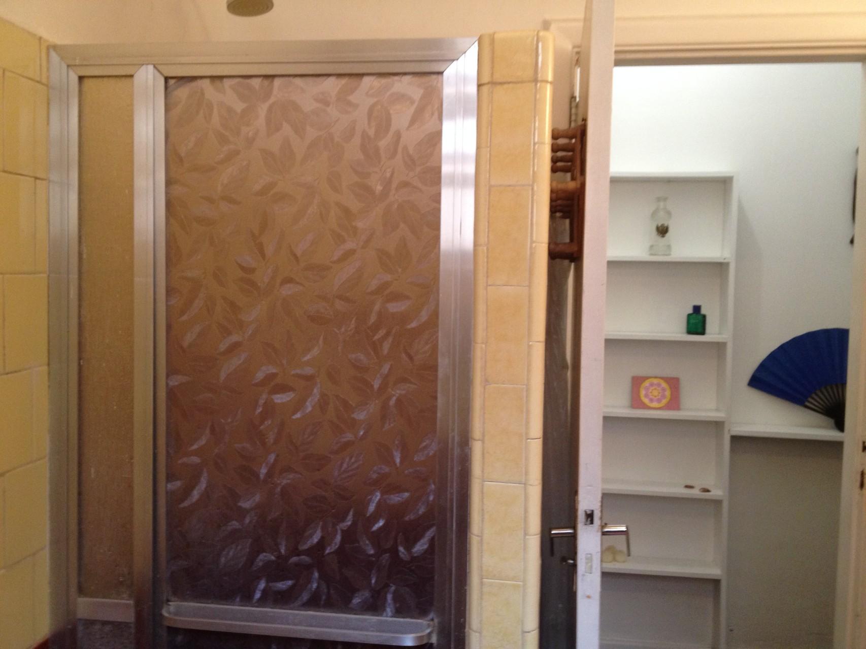 die Dusche mit geschlossener Tür