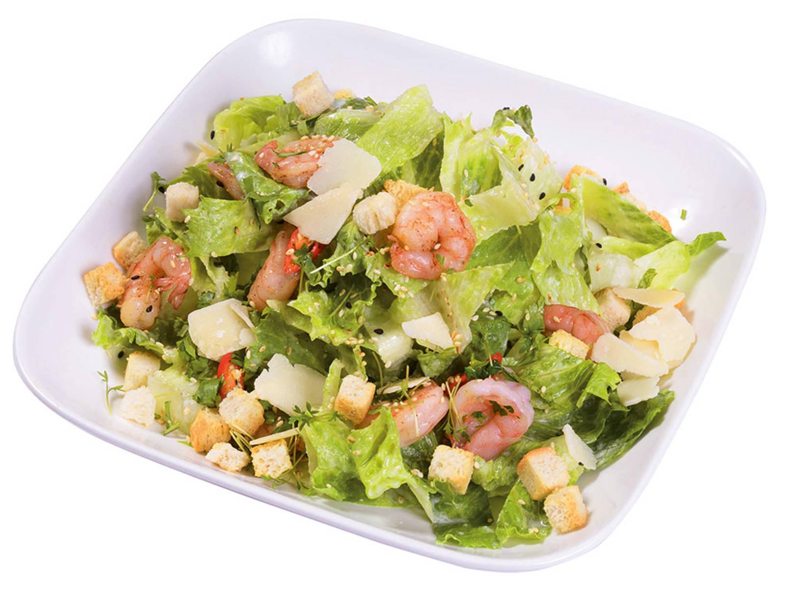 Ceasars Thai Salad mit knackigem Salat, Parmesan und Garnelen
