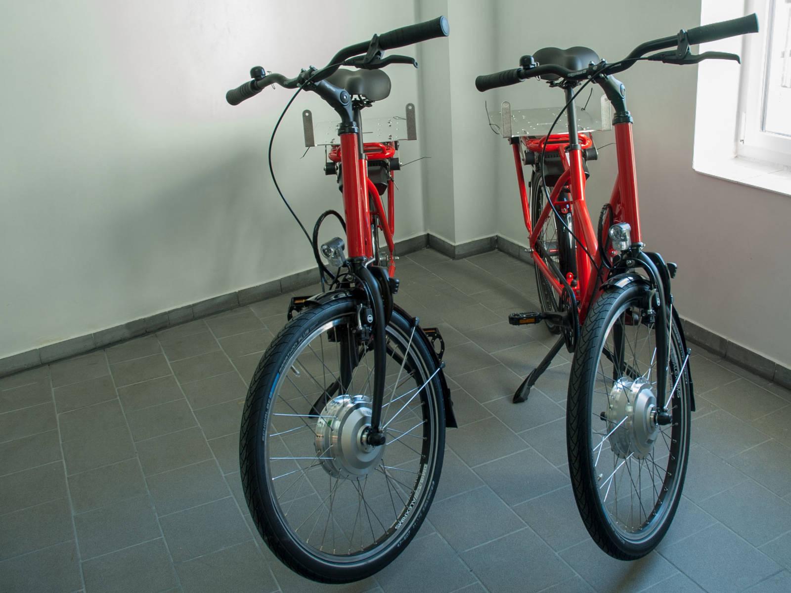 2 E-Bikes mit Batterien für die umweltschonende Auslieferung