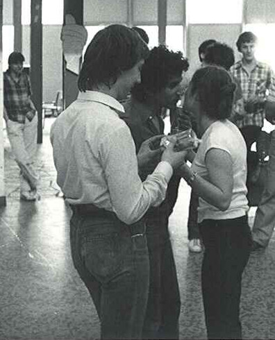 Remise des prix. François Callat et Philippe Point reçoivent un lot (de consolation) et une bise de Françoise Lapeyre la directeur de course sous les yeux de Marylène Lefébure ( à gauche ) et Serge Lambert ( à droite ).