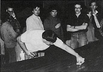 Paul Pfeiffer teste sa slot-car sous les regards de Mervyn Hunt, Ian Barker, Jan Ekman, Tim Ryan, Per Person ( à confirmer) non identifiée et Didier Moret.