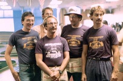 Steve Bogut, Tom Hansen, caché par Csaba Szekelyhidi, Joël Montague et Bruce Adamson à Clovis en 1984 aux  U.S. Nats.