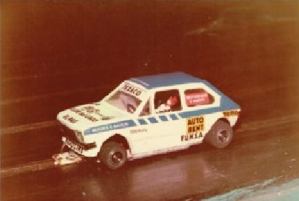 Slot car 1/24. Notez le sponsor FUNSA :  Fábrica Uruguaya de Neumáticos SA. Marque de pneus uruguayenne disparue.