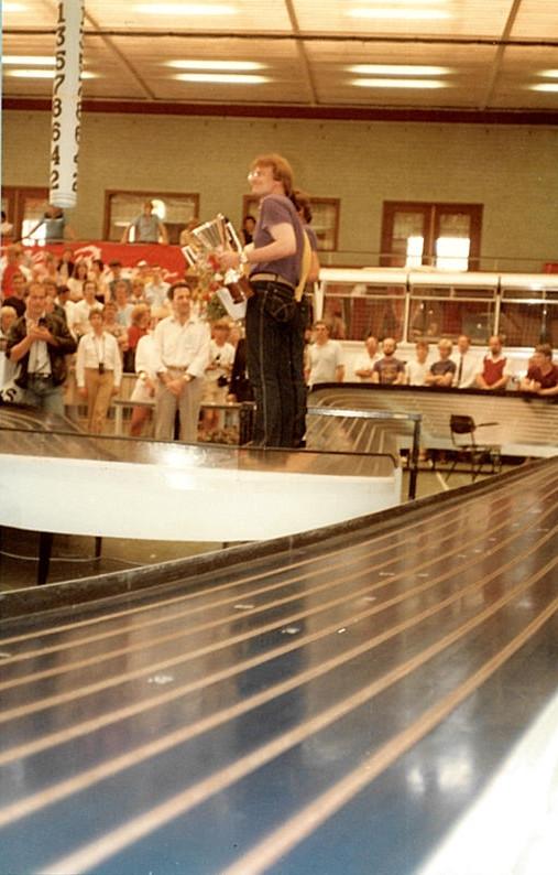 Sur le podium, John Strachan cache Paul Pfeiffer et Jan Limpach.