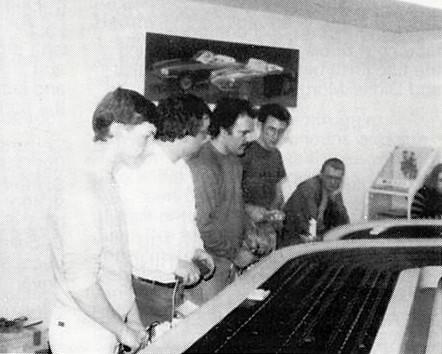 Leo Vogel, Marc Joyeux, Dan DeBella, Jon Laster pilotent et Stéphane Martin regarde.