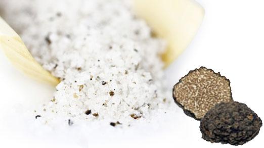 Für diese Trüffellagerung die Trüffel gut reinigen und die Schale dünn abschälen/abreiben. Die geriebene Schale zusammen mit dem Salz in ein Glas geben. 2 Wochen aromatisieren lassen und zwischendurch gelegentlich schütteln.