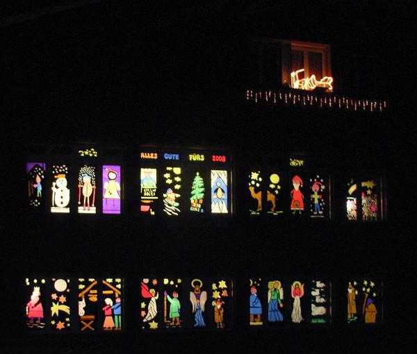 Nach Klosters Platz begrüssen uns in Serneus wunderschöne von Kindern gestaltete Schulfenster