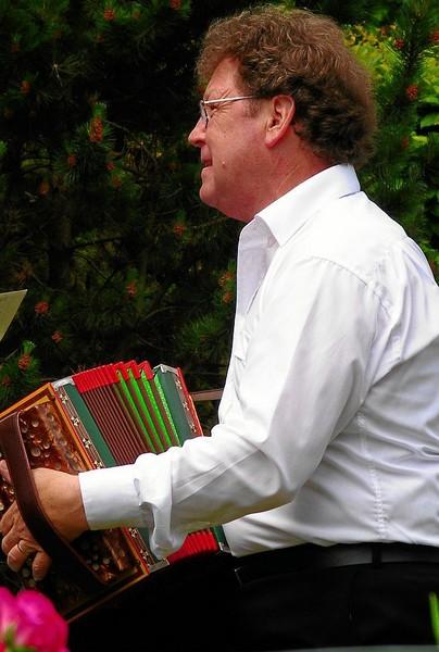 Und zuvorderst Rolf. Sein Glück des Augenblicks fliesst in seine Musik...