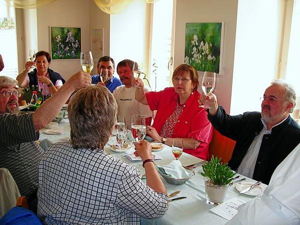 """Nachher beim Festmahl am See: """"Erhebt das Glas ...""""  (gleich zwei Pfarrer schwelgen mit)"""