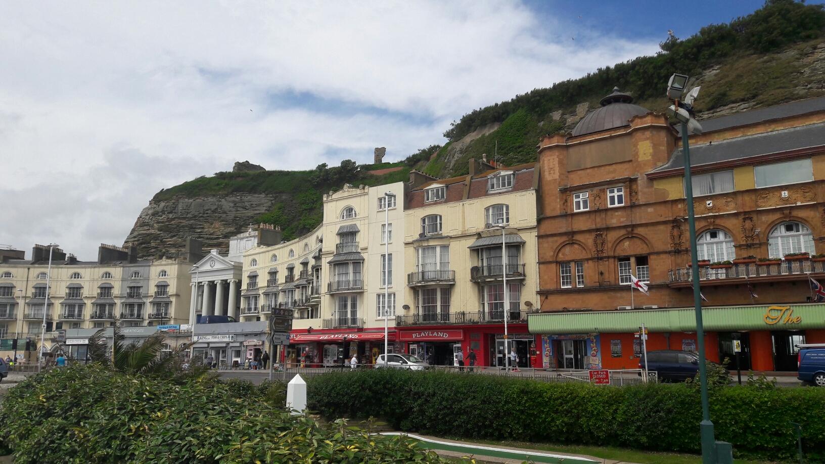 Promenade in Hastings, dei Häuser direkt am Fels gebaut