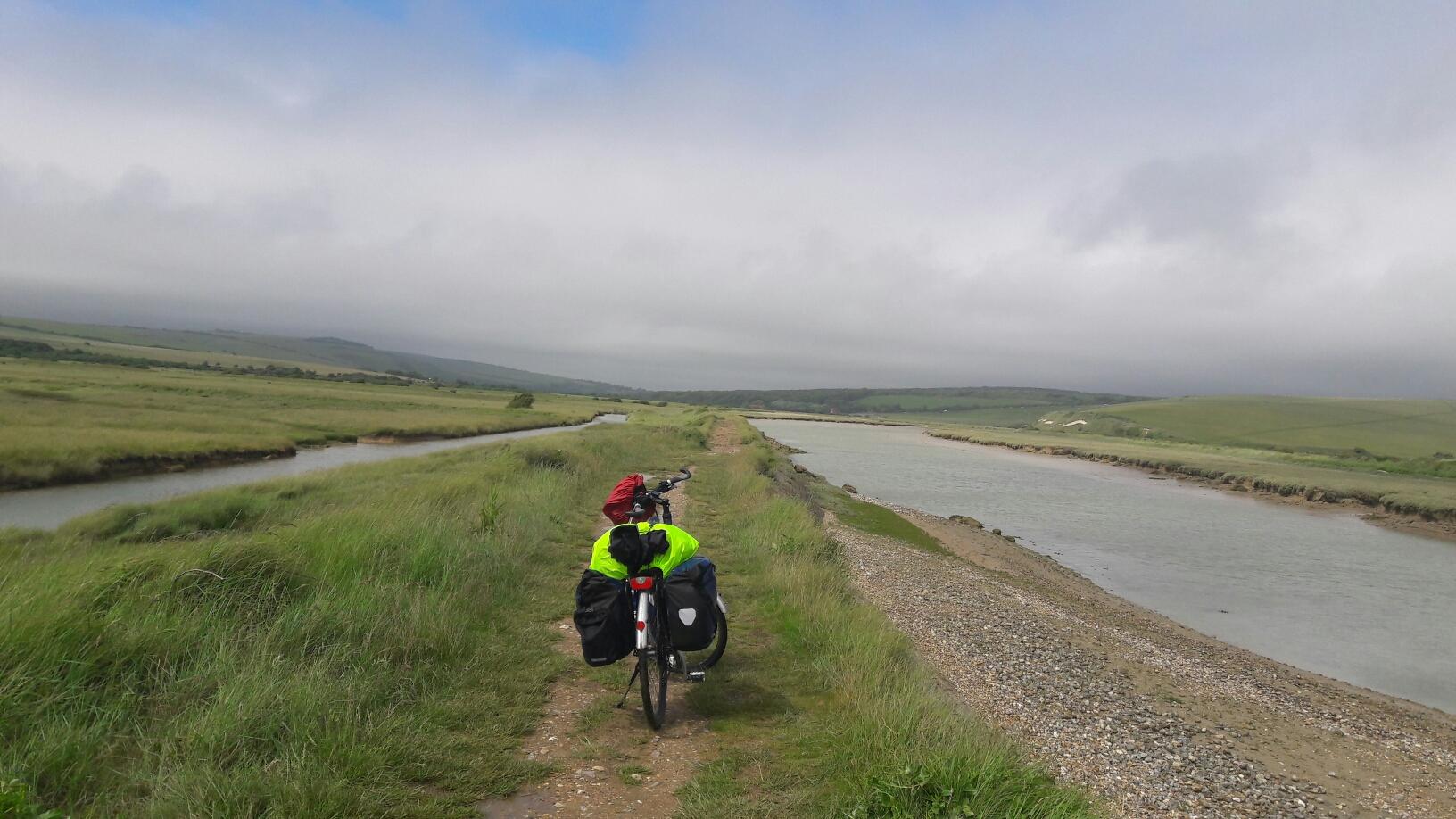 Der Weg am Fluss sollte mit Bike befahrbar sein, laut Komoot, aber dann kam der feuchte Lehm