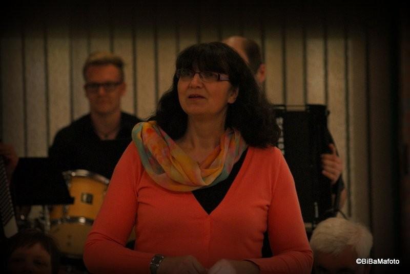 Karen Clausen beginnt mit Ihrer Arkkordeongruppe ...