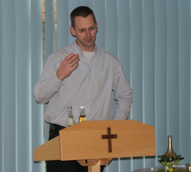 """Pastor Steffen mit einer """"tradionellen"""" plattdeutschen Andacht ..."""
