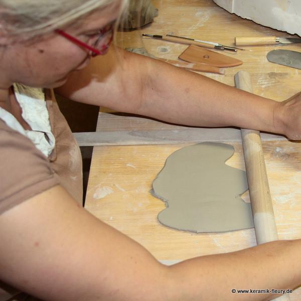 Stefanie Ernst-Fleury testet Töpferwerkzeug