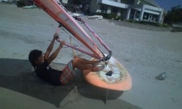 ウィンドサーフィンでコケる事を「チンする」と言います
