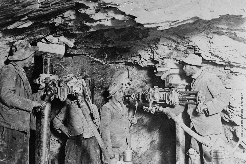 Der Bilderreigen im Tunnel mit Originalfotografien aus der Bauzeit der Bahn ...