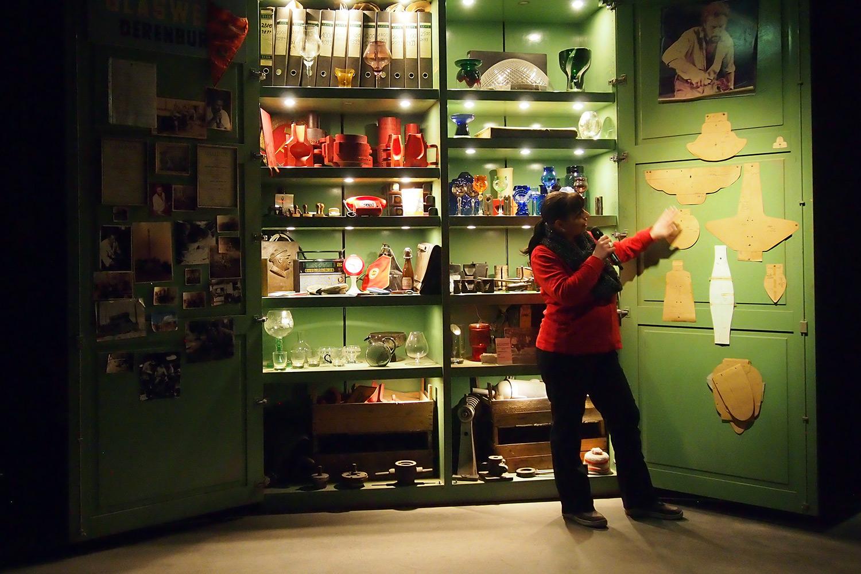 Der Archivschrank lässt die DDR-Geschichte der Hütte kurz wieder lebendig werden.